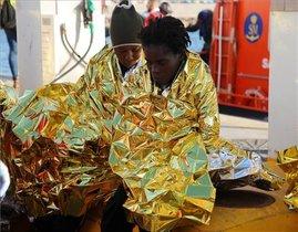 Dos de los 60 inmigrantes de origen subsahariano rescatados, a su llegada al puerto de Melilla, en Nochebuena.