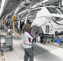 Dos mujeres, en la cadena de montaje del Ibiza en la fábrica de Seat en Martorell.