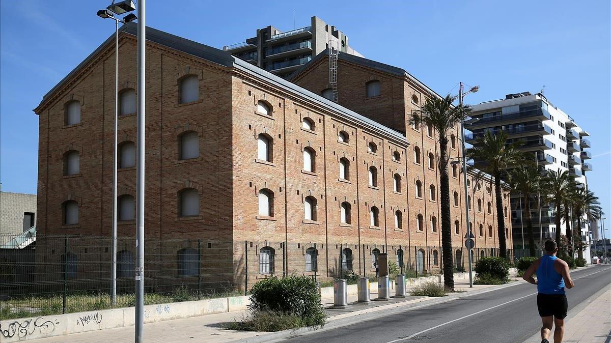 El edificio de la antigua fábrica CACI de Badalona, que debe albergar el museo del cómic, este jueves.