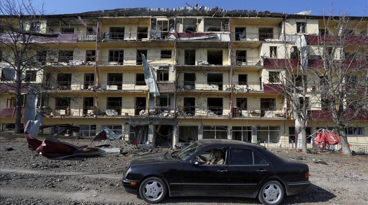 Edificio tras los bombardeos en Shusha, en Nagorno Karabaj.
