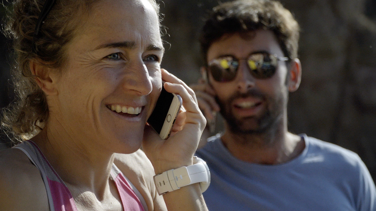 Núria Picas y Bruno Oro, hablando por teléfono en una cala de la Costa Brava