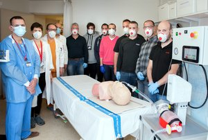 El equipo del Hospital de Bellvitge y la empresa DOGA con el nuevo prototipo de respirador que han desarrollado.