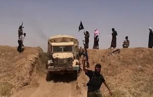 Imagen de combatientes del Estado Islámico en Irak, cerca de la frontera siria,hecha pública en una cuenta yihadista de Twitter.