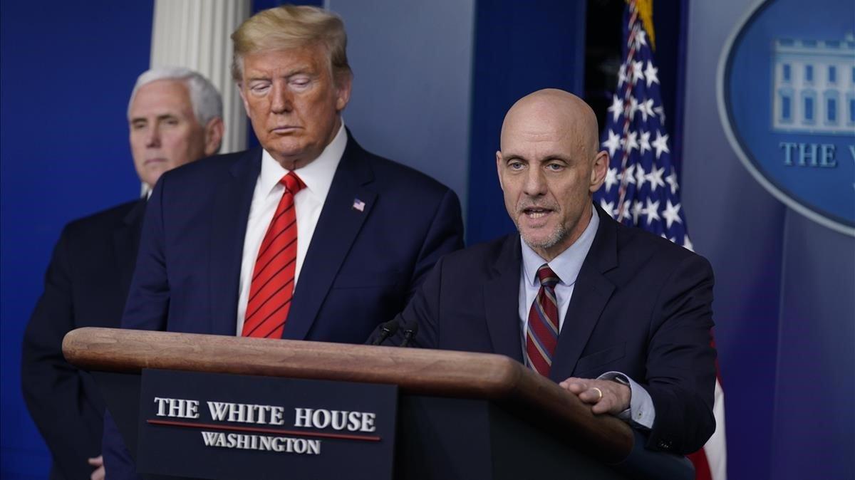 Rueda de prensa de Trump junto al doctor Stephen Hahn, responsable de la Agencia estadounidense de Fármacos y Alimentos (derecha) y el vicepresidente Mike Pence, este jueves.