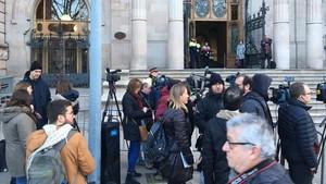 Cámaras y periodistasa las puertas del Palau de Justícia, a la espera de conocer la sentencia del caso Palau.