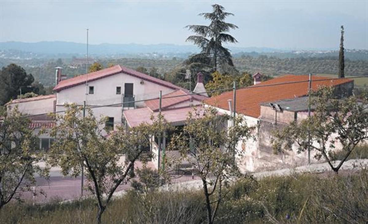 Exterior del centro de menores de Can Rubió, en Esparreguera.