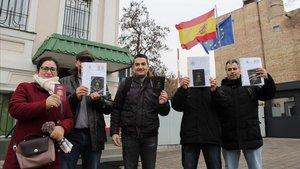 Familias españolas frente al consulado de Kiev, esperando que se legalice la situación de los niños adquiridos por gestación subrogada.