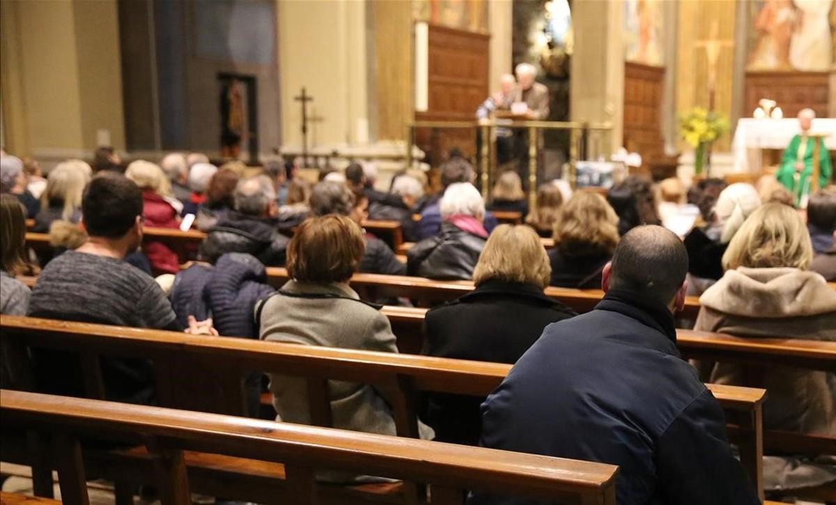 Feligreses durante la celebración de misa en una iglesia.