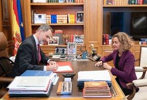 Felipe VI junto con la presidenta del Congreso, Meritxell Batet, en su despacho.