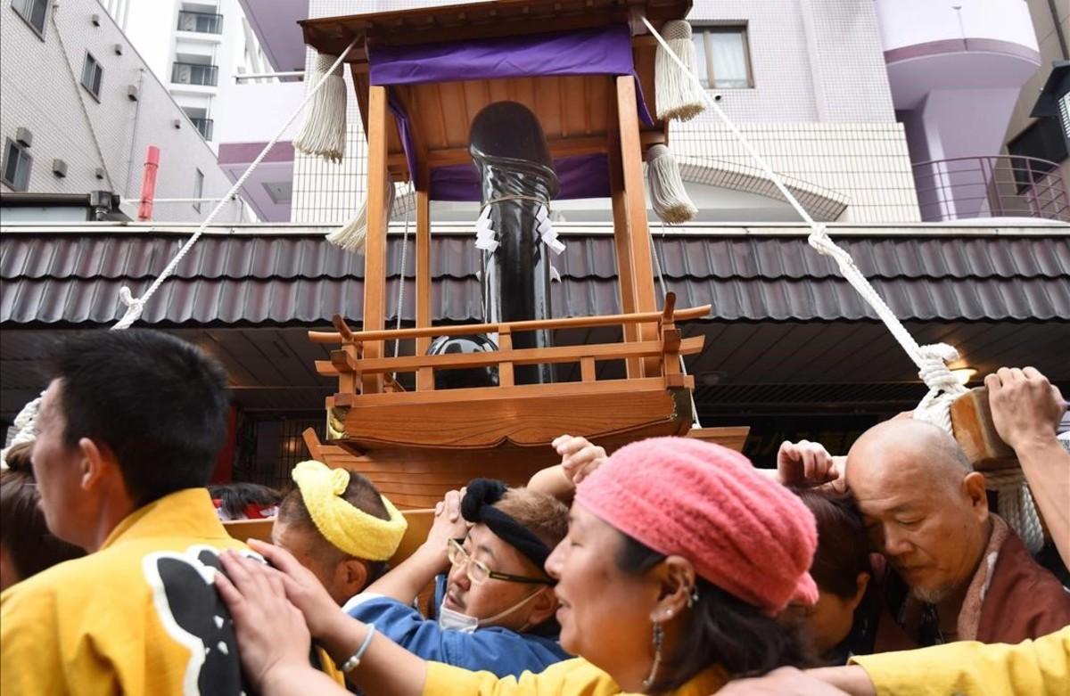 Un momento del desfile del festival Kanamara en Kawasaki.