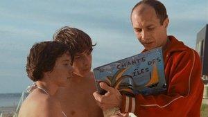 Un fotograma de 'Pauline en la playa', de Rohmer, con Féodor Atkine a la derecha