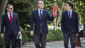 Francisco Camps y sus abogados llegando a la Ciutat de la Justicia en 2018