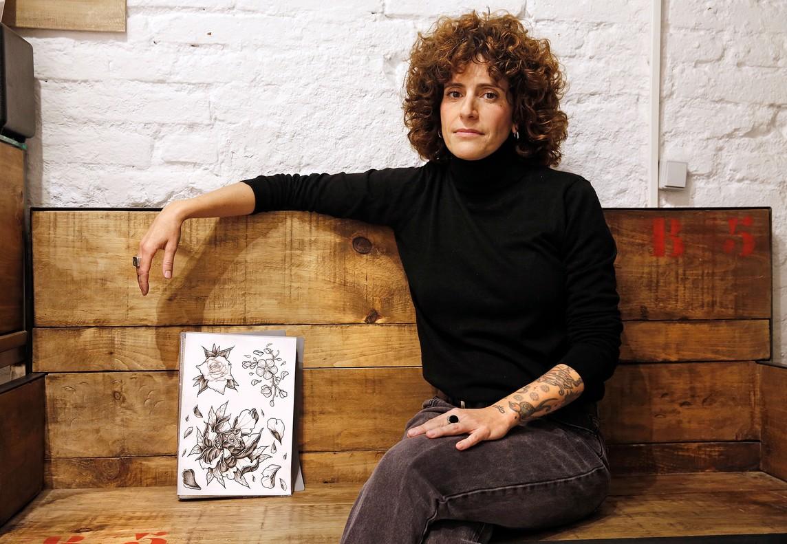 Noemí García, tatuadora y propietaria del estudio de tatuaje feminista y social 'Desideratum'.