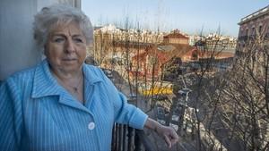 Rosa, en el balcón de su casa, con vistas sobre las obras del mercado.