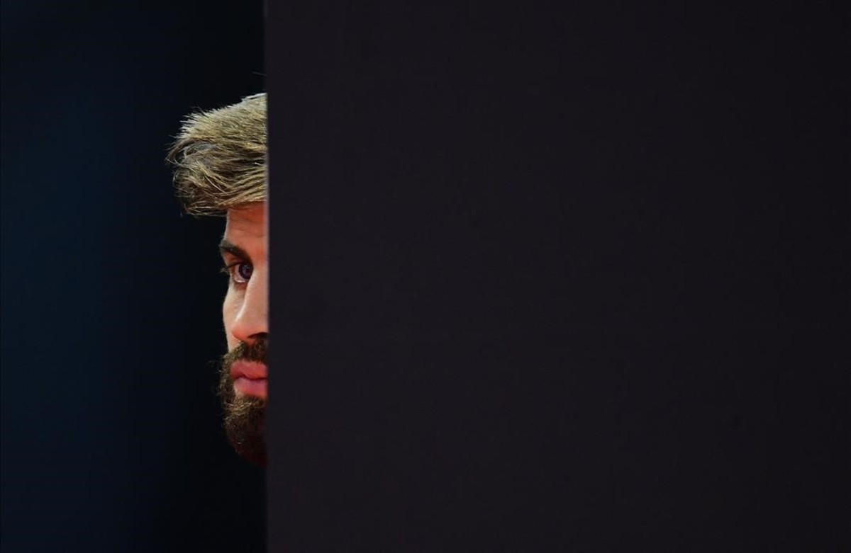Gerard Piqué sigue la comparecencia ante la prensa del portero de la selección David de Gea.
