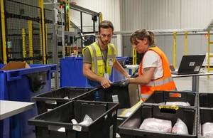 Gestión de paquetes en las instalaciones de Amazon en Castellbisbal.