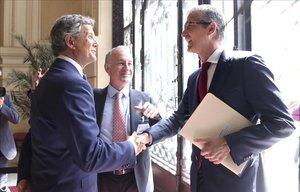 ElGobernador del Banco de España,Pablo Hernández de Cos, y el presidente del Instituto de la Empresa Familiar, Francisco J. Riberas, se saludan en Madrid.