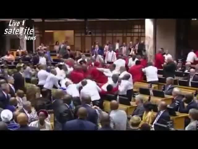 Batalla campal en el parlamento de Sudáfrica.