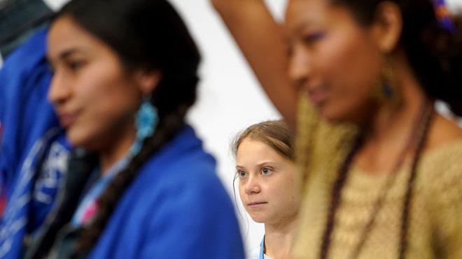 Greta Thunberg, junto a activistas de otras partes del mundo, antes de su conferencia en la Cumbre del Clima de Madrid.