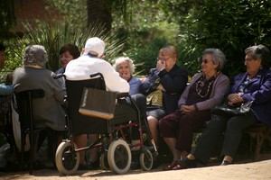 Un grupo de jubilados charla en el CentreCívic de Can Castelló, en Barcelona.
