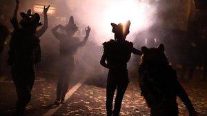 Un grupo de personas disfrazadas para Halloween en la calle.