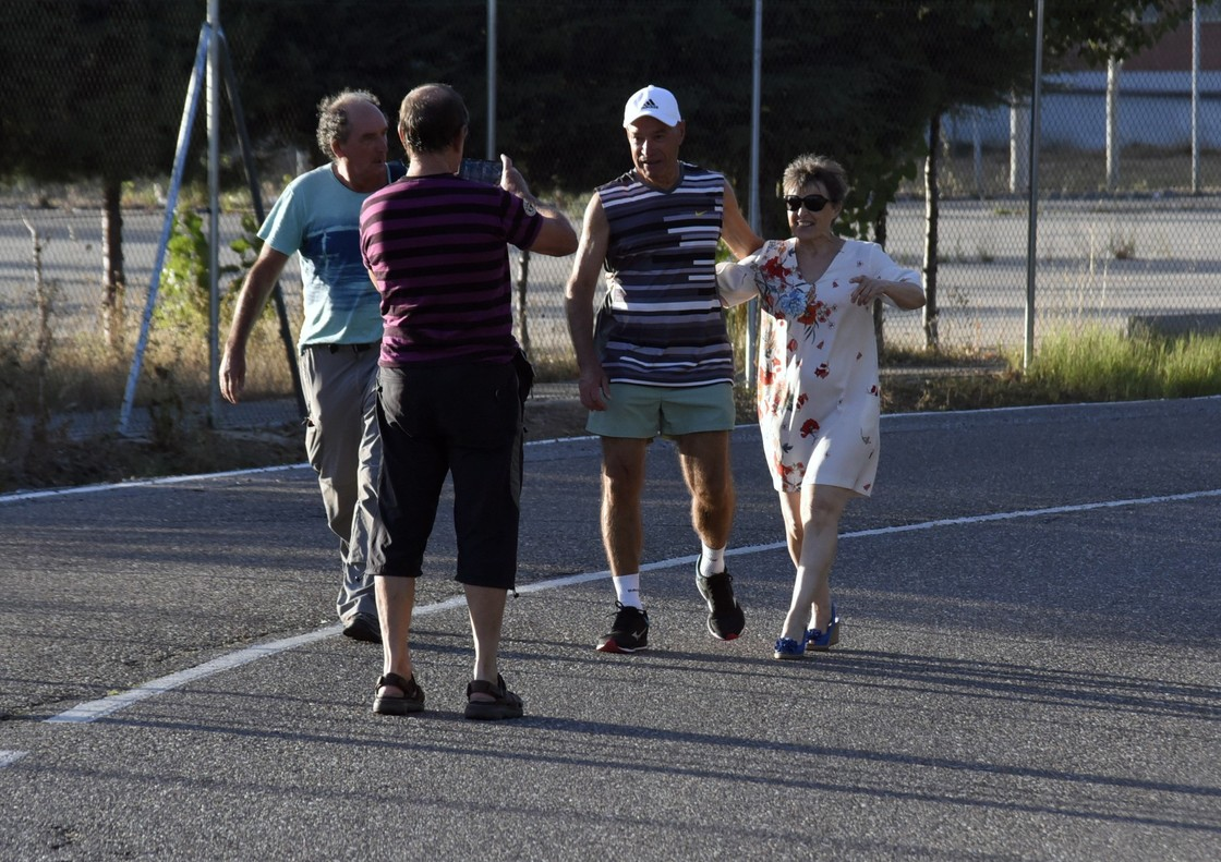 Santi Potros, con gorra, a su salida de laprisión de Topas, en Salamanca, acompañado por tres familiares.