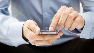 Unhombre consulta su móvil.