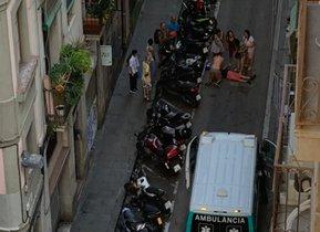 Un hombre sufre un infarto tras sufrir un tirón en la calle de Joaquim Costa de Barcelona. En la foto, el momento en el que el hombre es reanimado.