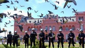 Foto de archivo de policías argentinos frente a la Casa Rosada, sede presidencial, en Buenos Aires.