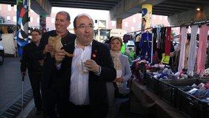 El primer secretario del PSC, Miquel Iceta, con el alcalde de Sant Adrià de Besòs, Joan Callau, este 5 de noviembre