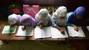 Imagen de archivo decuatro niñasmusulmanas leyendo el Corán en la escuela en India, en julio del 2013.