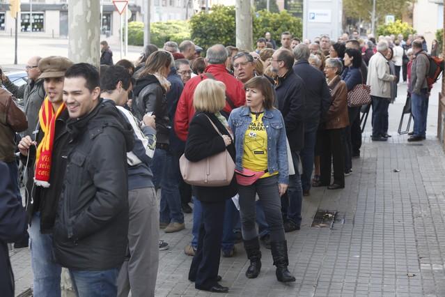 Colas en el IES Can Vilumara, en l'Hospitalet de Llobregat.