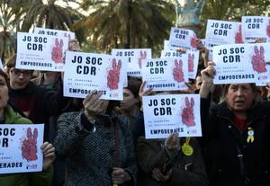 Imatge duns quants concentrats a la roda de premsa de CDR amb els cartells jo sóc CDR, el 12 dabril de 2018 (horitzontal). 4640#Agencia ACN