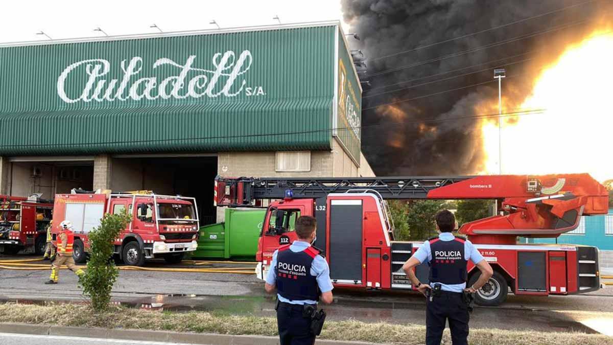 Mucho humo en el incendio que quema la empresa Auladell de Sarrià de Ter.