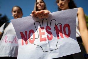 GRAF4087 TOLEDO 27 04 2018 - Alumnas del IES Azarquiel de Toledo han exhibido hoy carteles en los que se puede leer No es no en protesta por la sentencia que ha condenado a los miembros de La Manada por abuso sexual y no por agresion sexual EFE Ismael Herrero