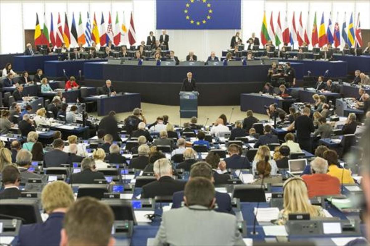 Interior y exterior del Parlamento Europeo. A la izquierda, en el círculo, Antonio Tajani, su presidente.