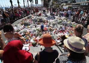 Centenares de personas se reúnen alrededor de las flores situadas en el Paseo de los Ingleses para homenajear a las víctimas