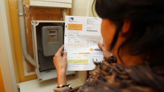 El IPC baja hasta el 0,8%, por el menor coste de la electricidad. En la foto, una mujer consulta su factura de la luz.