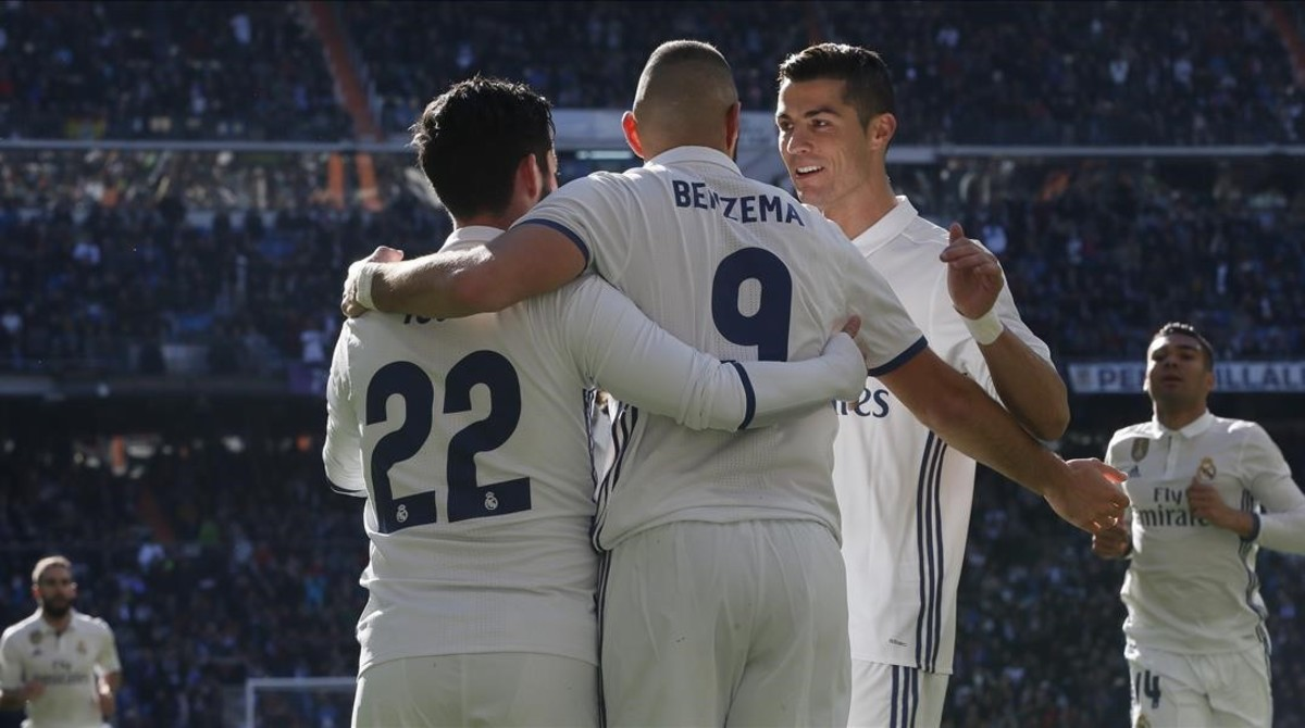 Isco celebra su primer gol con Ronaldo y Benzema.