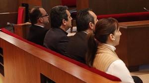 De izquierda a derecha, Daniel Fernández, Manuel y Francisco Bustos y María Elena Pérez, en el juicio por el caso Mercuri.