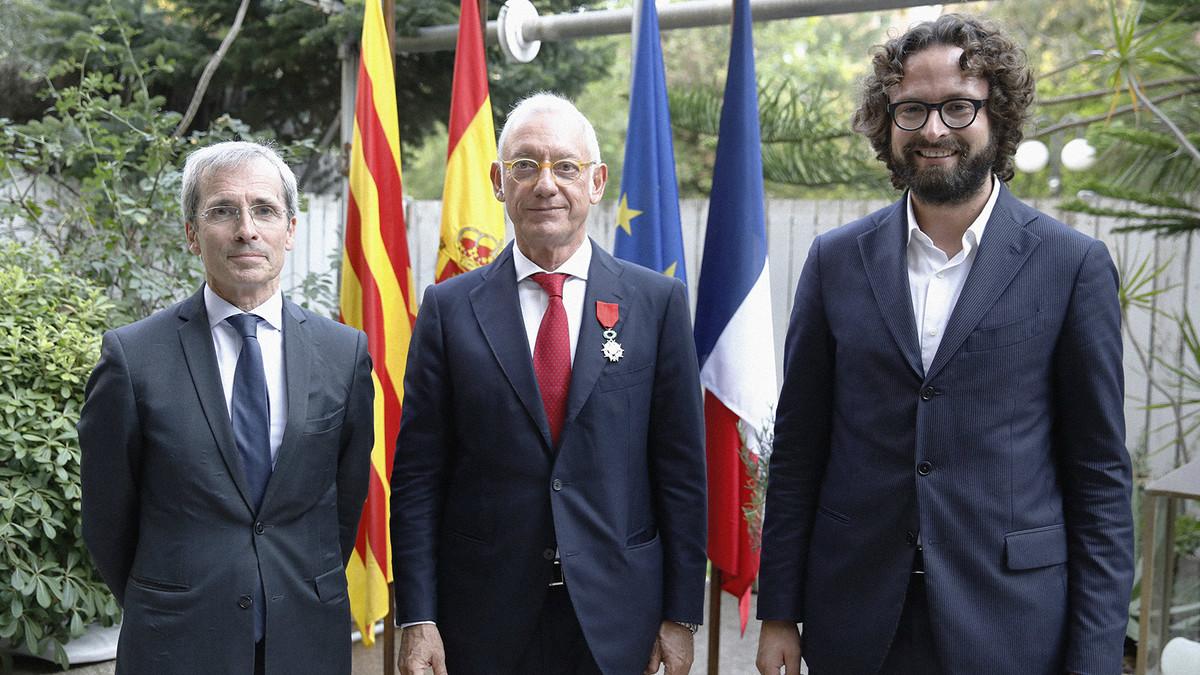 De izquierda a derecha, el embajador de Francia en España, Yves Saint-Geours; el presidente de Mango, Isak Andic, y el cónsul general de Francia en Barcelona, Cyril Piquemal.