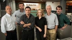 De izquierda a derecha: Michael Keaton, Liev Schreiber, Mark Ruffalo, Rachel McAdams, John Slattery y Brian dArcy James, dando vida a los reporteros de Spotlight.