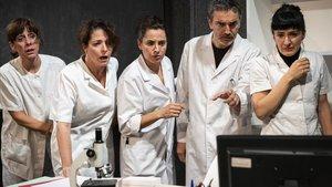 De izquierda a derecha:Antonia Jaume, Nora Navas, Carme Poll, Albert Vert y Nuria Legarda en esta nueva versión de 4D Òptic.