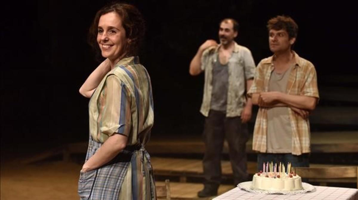 Berta Giraut, Lluís Villanueva y Marc Rodríguez, en una escena de Caïm i Abel, la tragedia contemporánea de Marc Artigau.