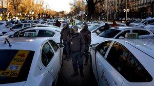 Taxistas en el paseo de la Castellana, este lunes.