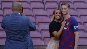 De Jong posa con su novia Mikki Kiemeney en el Camp Nou.
