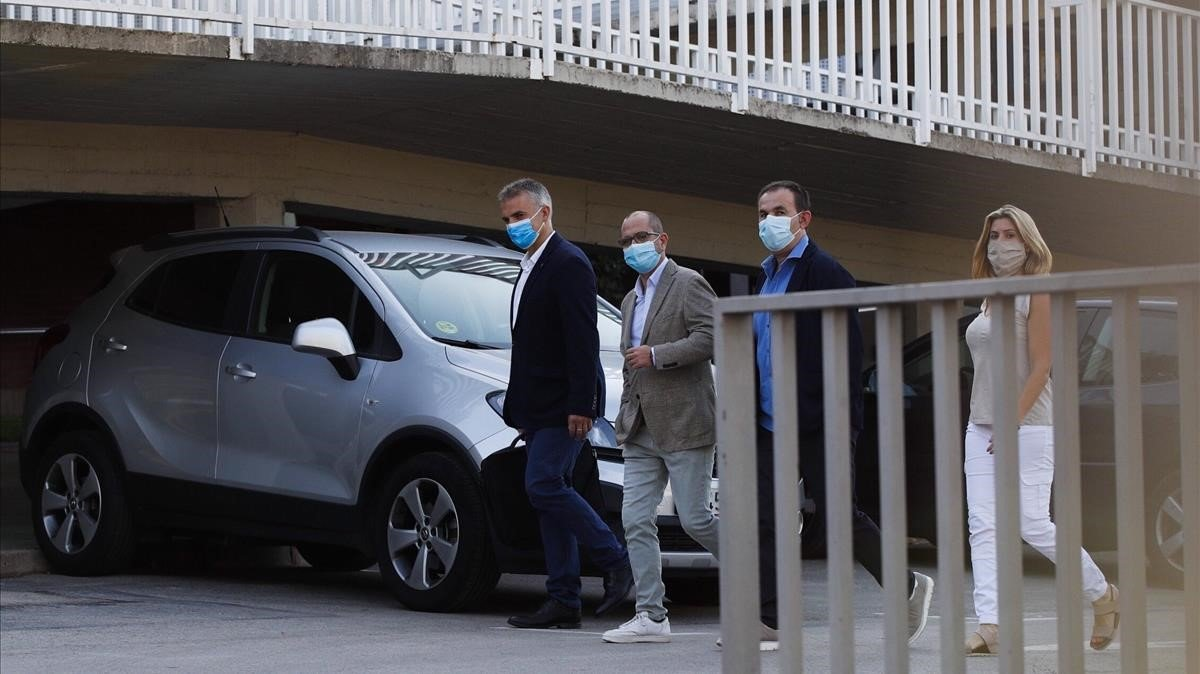 Jordi Farré, segundo a la izquierda, acompañado de su equipo, llega a las oficinas del Camp Nou.