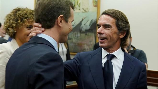 José María Aznar saludando a Pablo Casado, minutos antes de comparecer ante la Comisión de Investigación.