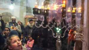 Colonos judíos en una ceremonia religiosa dentro de laTumba de los Patriarcas en la ciudad cisjordana de Hebron el pasado domingo.