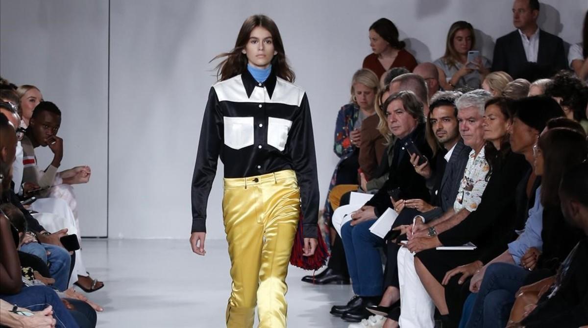 La hija de Cindy Crawford, Kaia Gerber, en su debut para Calvin Klein en la pasarela de Nueva York.